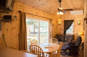 Cabin 0 Fox - dining area